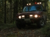 Etsintää maastossa. Toimiva vinssi on maastoauton perusvaruste. Katolle asennetut työvalot helpottavat merkittävästi pimeässä ajamista ja ovat välttämättömät erityisesti sivulle tähystettäessä. Varoitusvilkku tarvitaan normaalista tieliikenteestä poikkeavassa ajossa, esimerkiksi taajamaetsinnöissä.