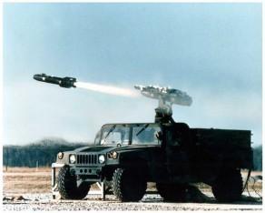 Poistuva AM General Humvee lähettää Hellfire -ohjuksen matkaan jossain päin Afganistania.